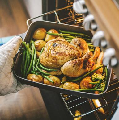Si no eres de las personas que les gusta cocinar puedes preparar varias porciones de pollo de una sola vez y en distintos formatos, por ejemplo: cocido, al horno, a la plancha, salteado en chapsui, etc, e ir distribuyéndolo durante tu semana. De esa forma, cocinarás solo 1 o 2 veces a la semana.