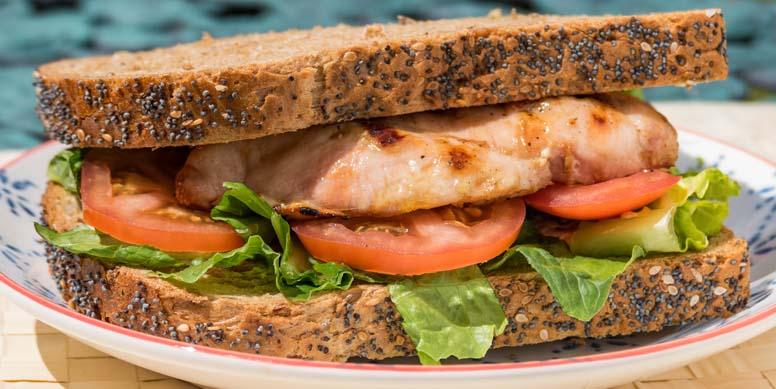 ¿Teletrabajo = ansiedad? ¡Podemos controlarlo con nuestra alimentación! Incluye colaciones entre comidas principales, idealmente altas en proteínas y fibra, para aumentar la saciedad. Por ejemplo, un sándwich de pan integral con pollo y verduras a media tarde es una excelente alternativa para continuar con la jornada.