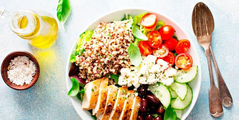 Una forma de hacer que tu plato sea saludable es distribuir las comidas de la siguiente manera: 50% Verduras, integrando la mayor cantidad de colores, 25% carbohidratos, de preferencia cereales integrales y 25% proteína, dando prioridad a las carnes blancas, pescados y legumbres.