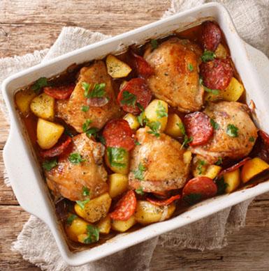 Para que el pollo de SUPER POLLO quede más jugoso, cocínalo en una fuente, incluye variadas verduras y cúbrelo con papel aluminio, de esa forma estarás ayudando a que quede una preparación más húmeda y sabrosa.