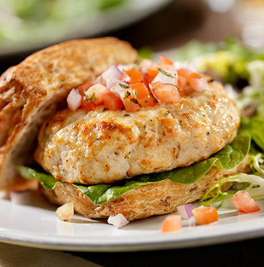 El pollo de Super Pollo se puede preparar de diferentes formas para los más pequeños de la casa: puedes molerlo en una procesadora y hacer albóndigas o hamburguesas. Para los niños puedes hacer deditos de pollo, agregando una capa de avena molida y hornearlos.