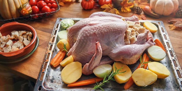 Si hiciste porciones extras de pollo y no quieres repetir el plato, puedes congelarlo ya cocido por un período de hasta 3 meses. Sólo debes preocuparte de rotular la fecha en el envase y, cuando lo vuelvas a utilizar, preocúpate de descongelarlo con 1 día de anticipación.