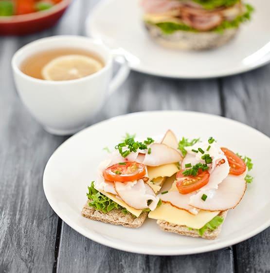 Si estás acostumbrado a desayunar antes de partir tu día, procura que tu desayuno sea completo para tener la energía suficiente. Incluye proteínas, como por ejemplo jamón de pechuga de pollo, yogurt o leche, junto con carbohidratos que pueden ser, pan, avena o cereales, idealmente integrales.