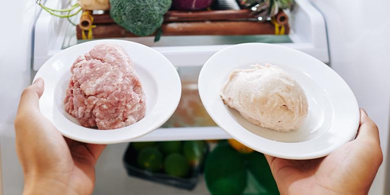 En épocas de altas temperaturas el riesgo de descomposición de las carnes es aún mayor. Por eso, recuerda mantener su cadena de frío, idealmente congeladas o, en su defecto, en el refrigerador, pero ojo, en este último ¡no más de 2 días!