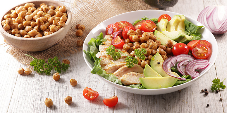 El pollo Super Pollo es un alimento muy versátil, el cual se puede acompañar con diversos sabores, incluso legumbres. Algo tan simple como filetitos de pollo salteados acompañados con una ensalada de garbanzos, es una comida llena de energía y nutrientes.