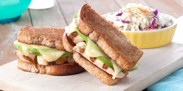 Si no tienes tiempo para almorzar, un rico sándwich con filetitos de pollo Super Pollo puede salvar tu almuerzo. Utiliza pan integral, pan pita por ejemplo, verduras como lechuga, cebolla y tomate. Cocina los filetitos de pollo a la plancha, agrega sal, pimienta y listo! Un almuerzo rico, fácil y rápido y no por eso menos saludable.
