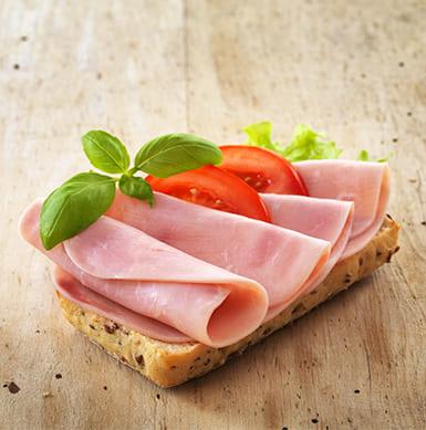 El pollo es un alimento que también puedes incluir en el desayuno, por ejemplo, agregando jamón de pechuga de pollo a tu sándwich. La porción corresponde a 1 lámina y presenta un excelente aporte proteico (aproximadamente 7 a 9 g de proteína por porción).