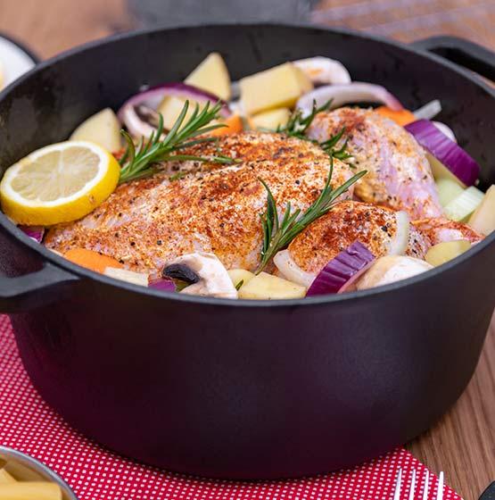 Si bien es necesario que el pollo quede bien cocido esto no significa que debe quedar seco. Agrega verduras como cebolla, zapallo italiano y champiñones a la preparación. Además, puedes aliñar previamente el pollo con mostaza y limón. De esta forma tendrás un pollo más jugoso y con un acompañamiento saludable.