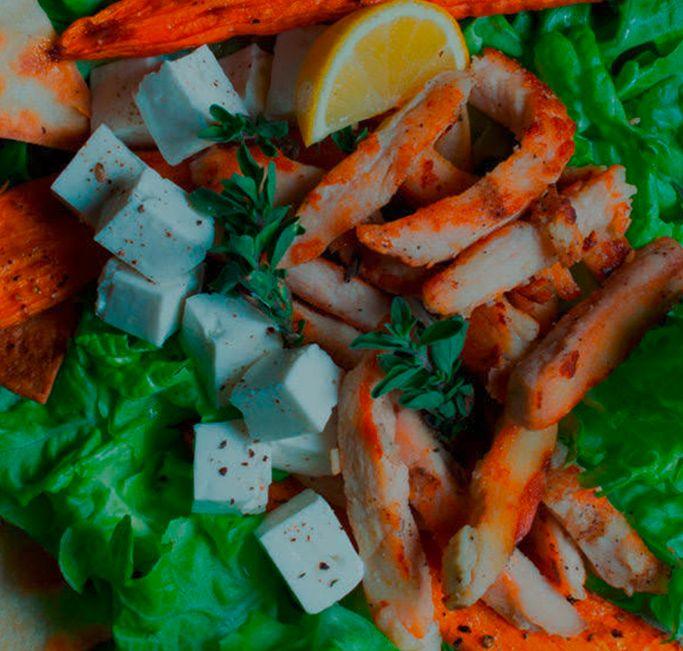 Ensalada de pollo con hojas verdes y tortillas
