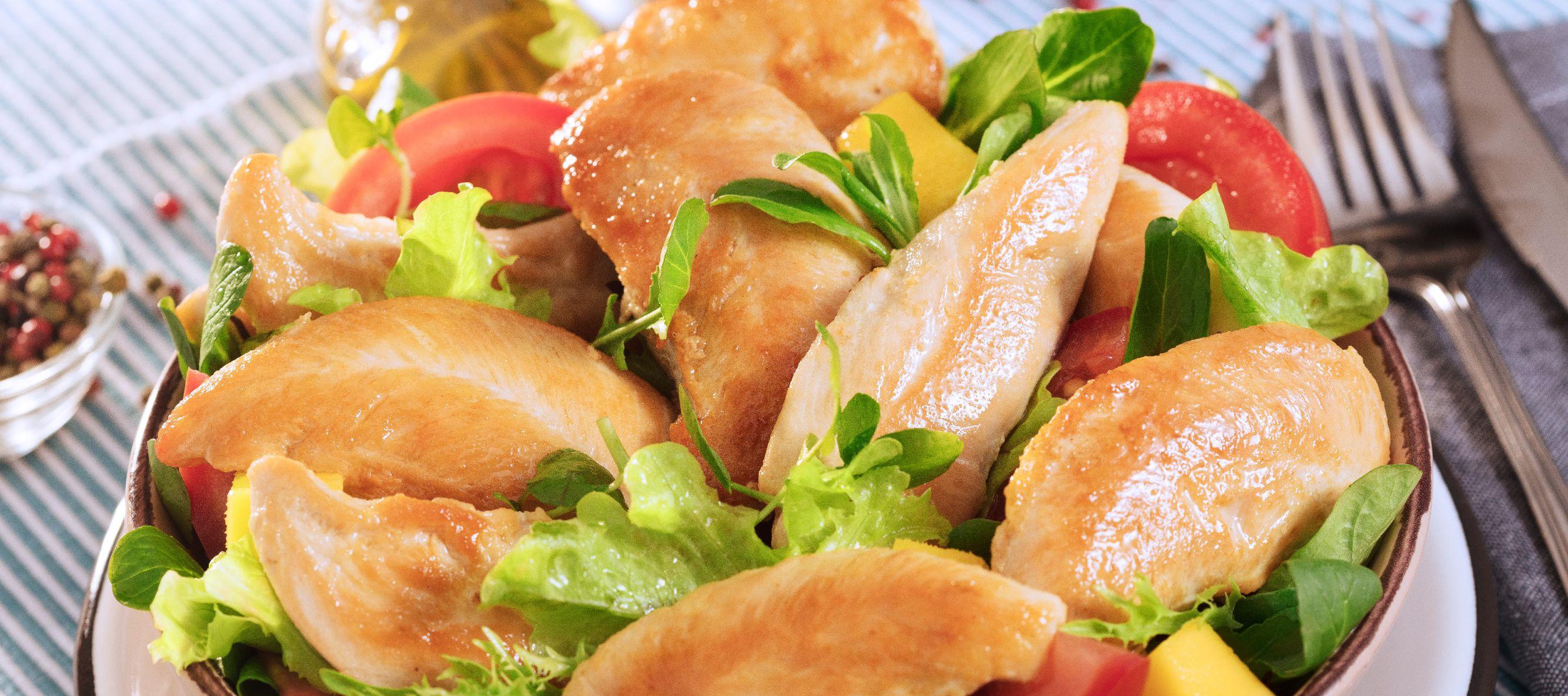 Ensalada de pollo con almendras y tomates cherry