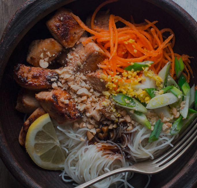 Ensalada oriental de pollo y noodles