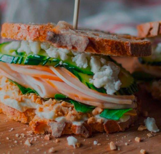 Sándwich de pechuga ahumada con queso de cabra