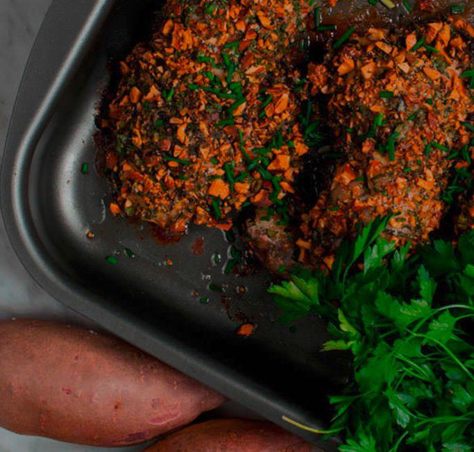 Pollo asado con costra de hierbas y almendras
