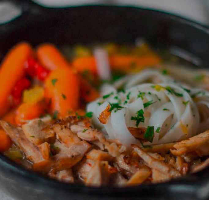 Sopa liviana de pollo, verduras y tallarines de arroz