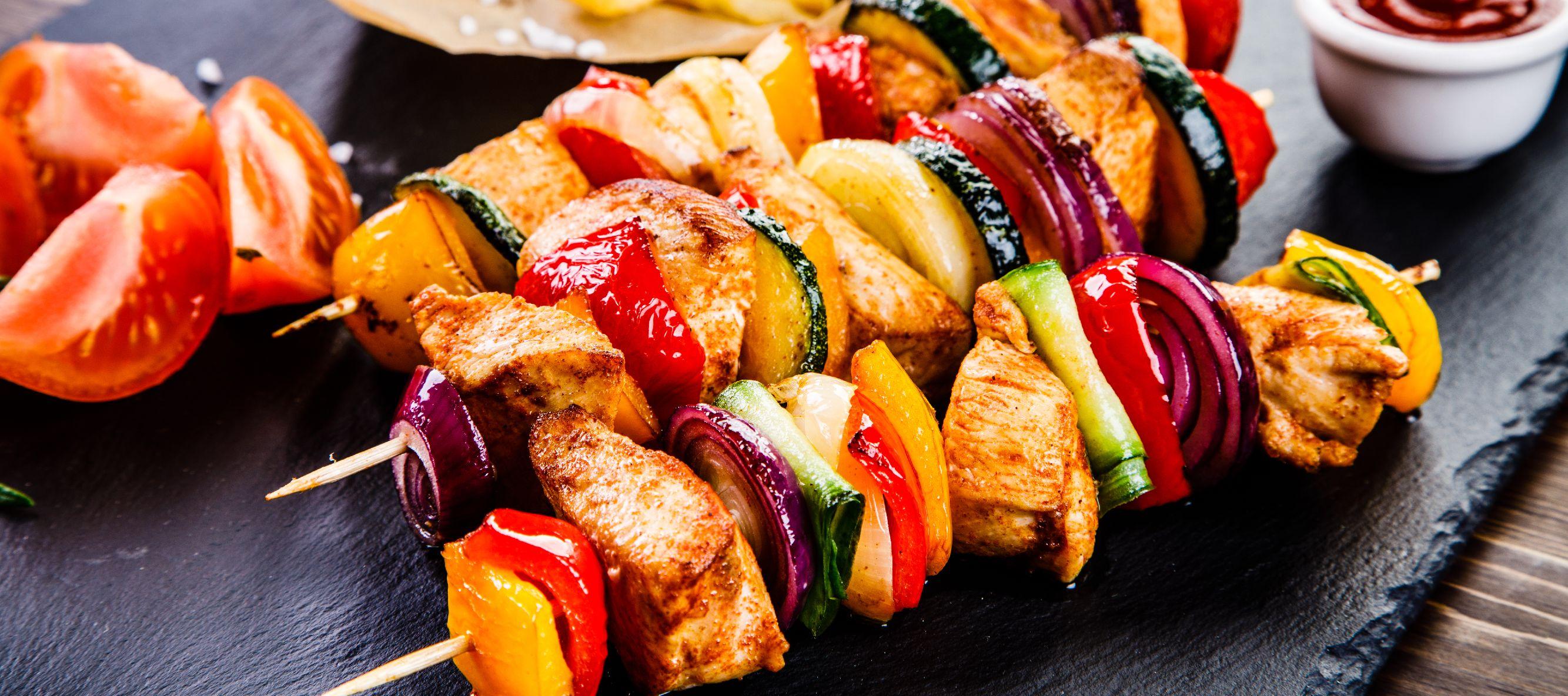 Brochetas de pollo con queso feta y alcachofa